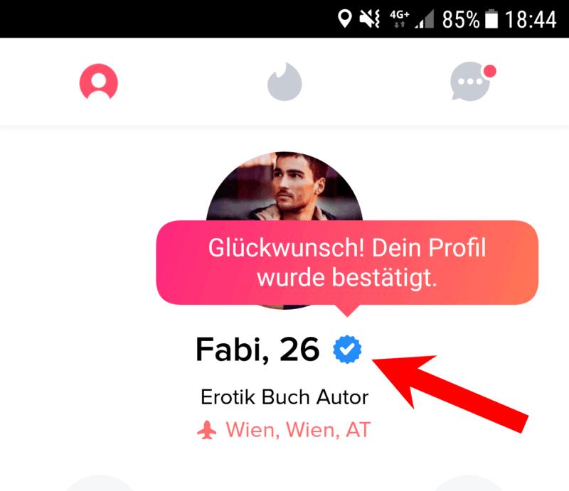 So sieht ein verifiziertes Tinder Profil aus mit dem blauen Haken