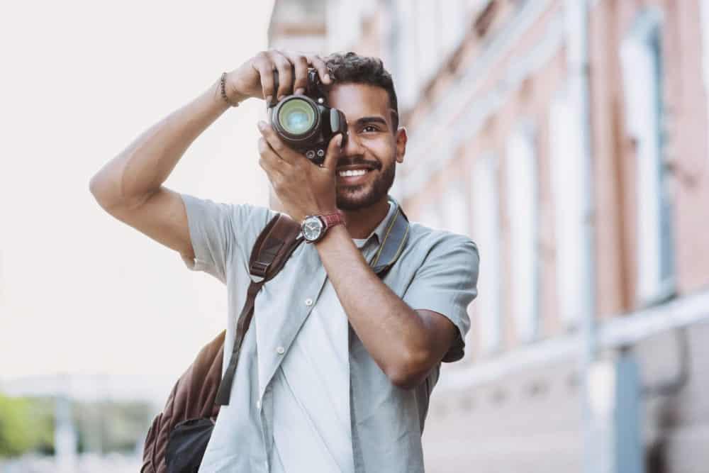 Junger Mann mit Kamera als Dating Profil Foto