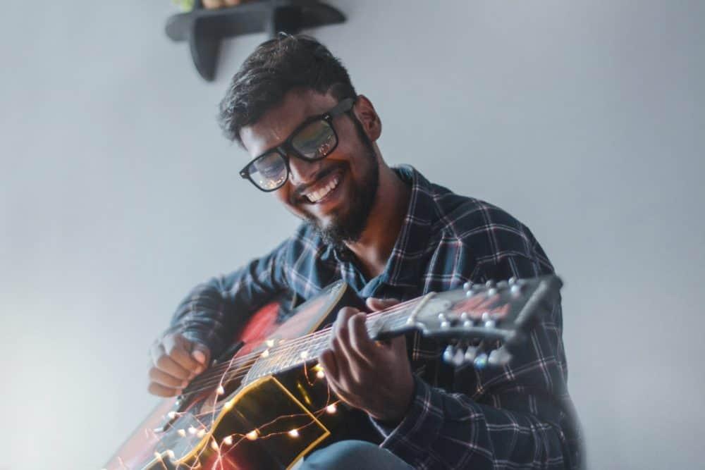 Mann mit Gitarre von Shooting für Tinder