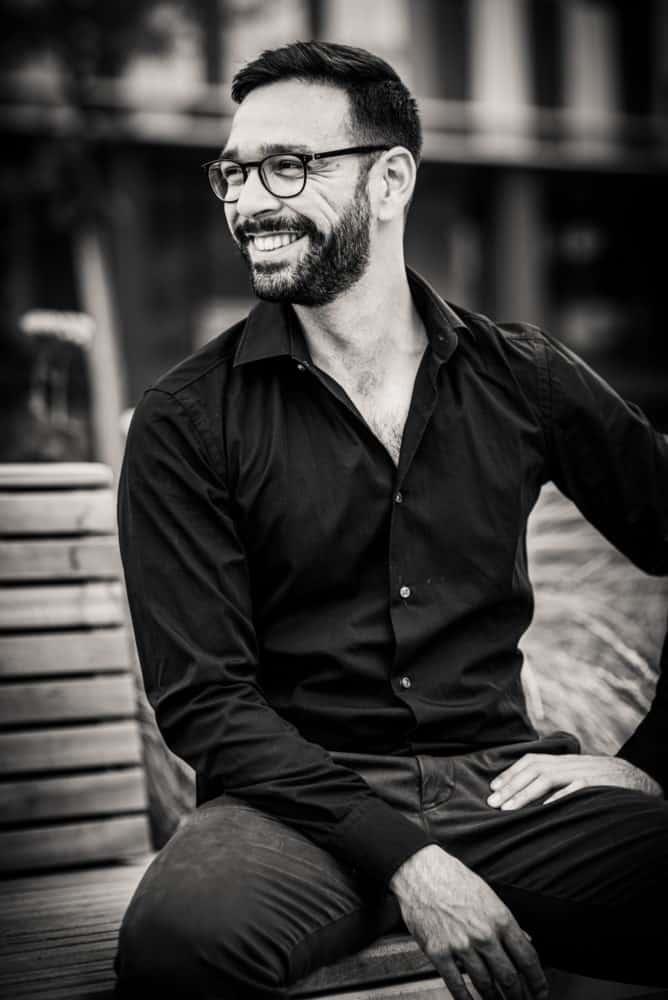 Lachender Mann aus Fotoshooting für Online Dating Profil